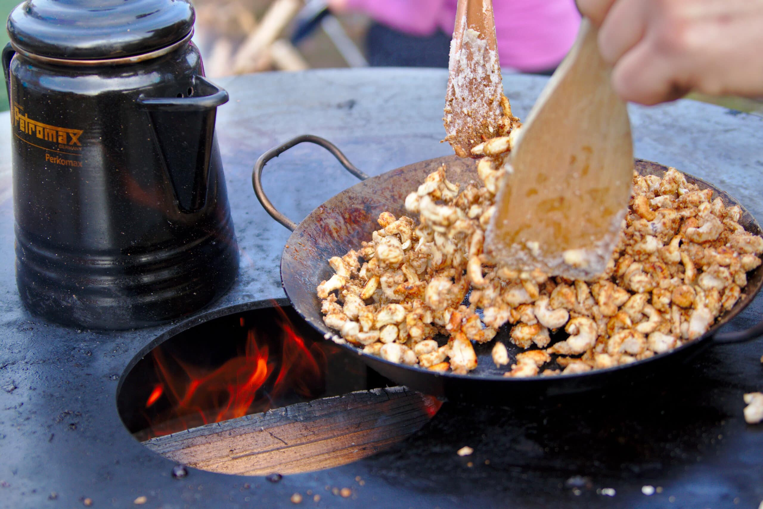 Karamellisierte Cashewkerne als Lagerfeuersnack